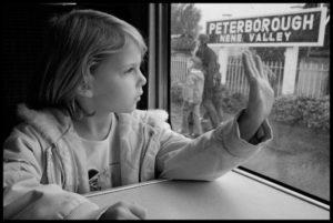 Девочка машет на прощание