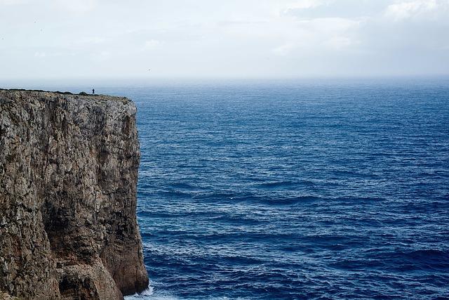 cliff-1031187_640.jpg