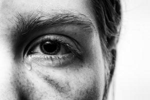 мужчина плаче, плакать полезно, эмоции, слезы