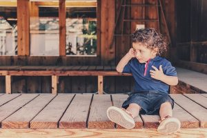 малыш сидит на полу, отношения с родителями, доверие, принятие