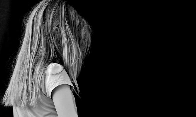девочка, одиночество, дыра в сердце