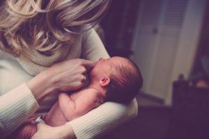 младенец, объятия